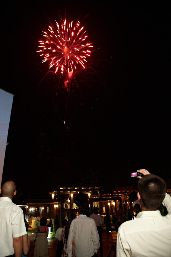 la nunta invitatii se distreaza privind artificiile rosii