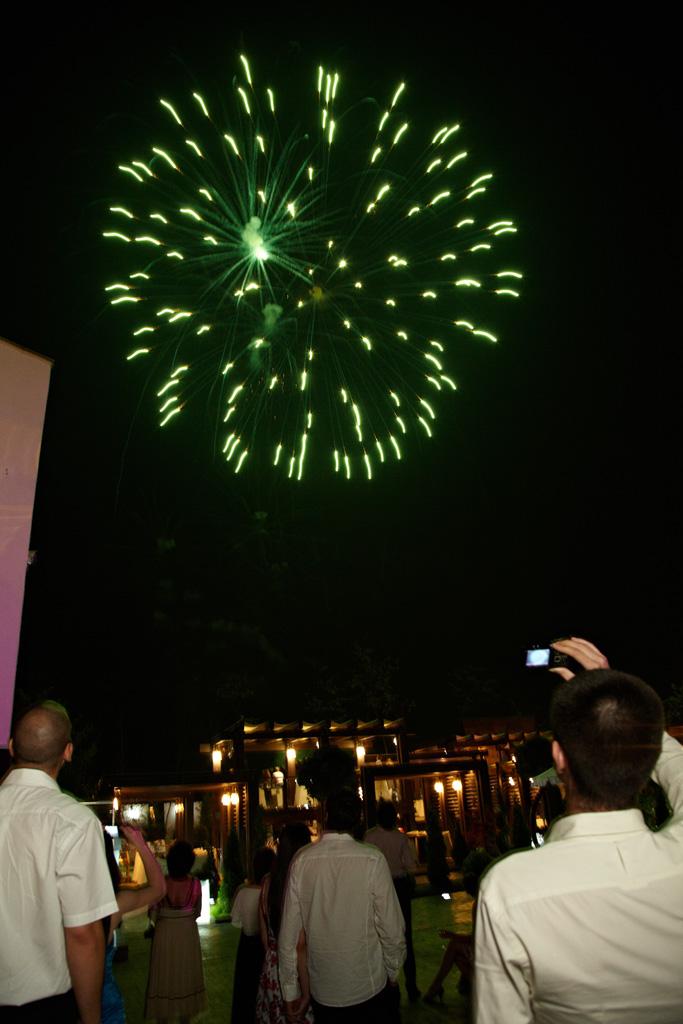 artificii verzi la petrecerea de nunta