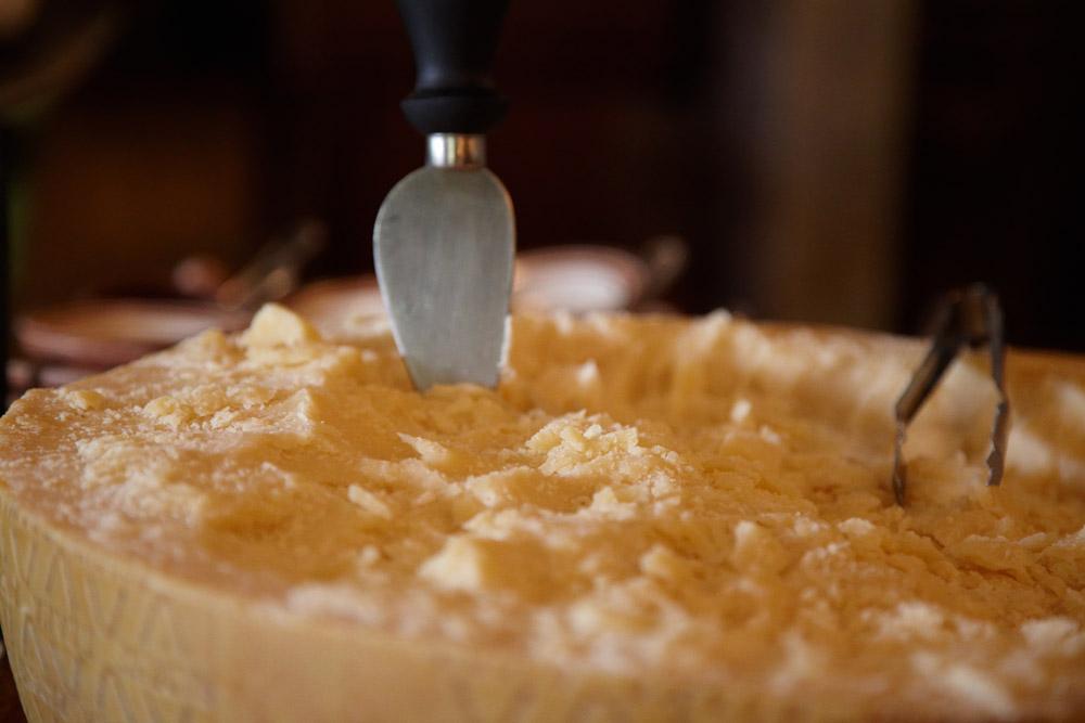 detaliu cu branza fermentata in restaurant