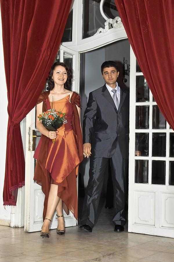 Ginerele si mireasa intra in Casa Casatorilor