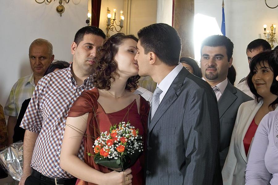 mirelui i se permite sa-si sarute sotia la cununia civila