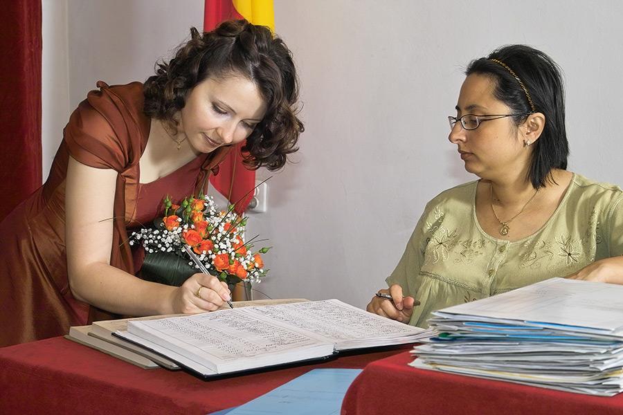 semnatura miresei in registru la casatoria civila