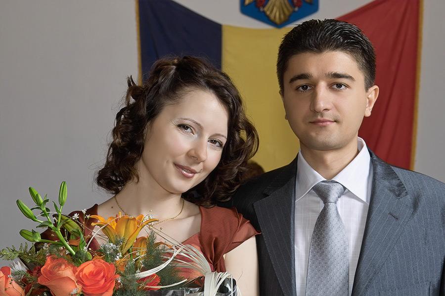 portret cu mirii in interiorul Casei de Casatorie