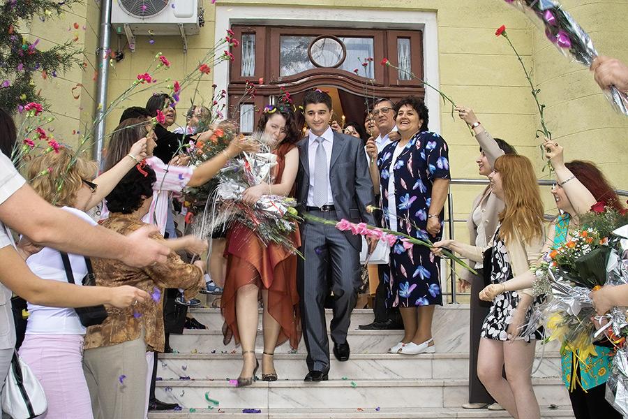 cununia civila - invitatii fac arcada de flori si arunca cu grau