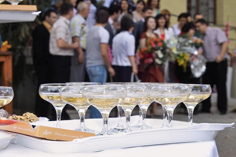 paharele cu sampanie ii asteapta pe invitati la casatoria civila