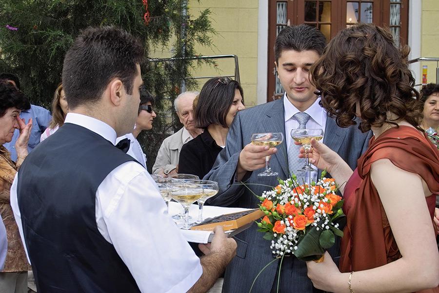 toata lumea consuma sampanie la casatoria civila