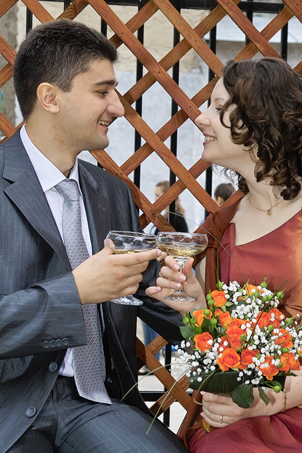 mirii sarbatoresc cu sampanie casatoria civila