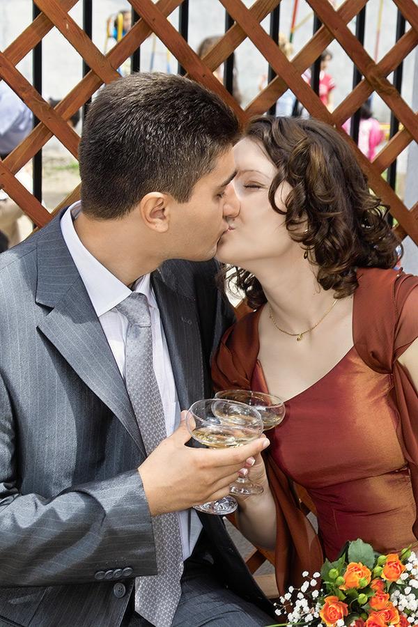 mirii se saruta la Casa Casatoriilor