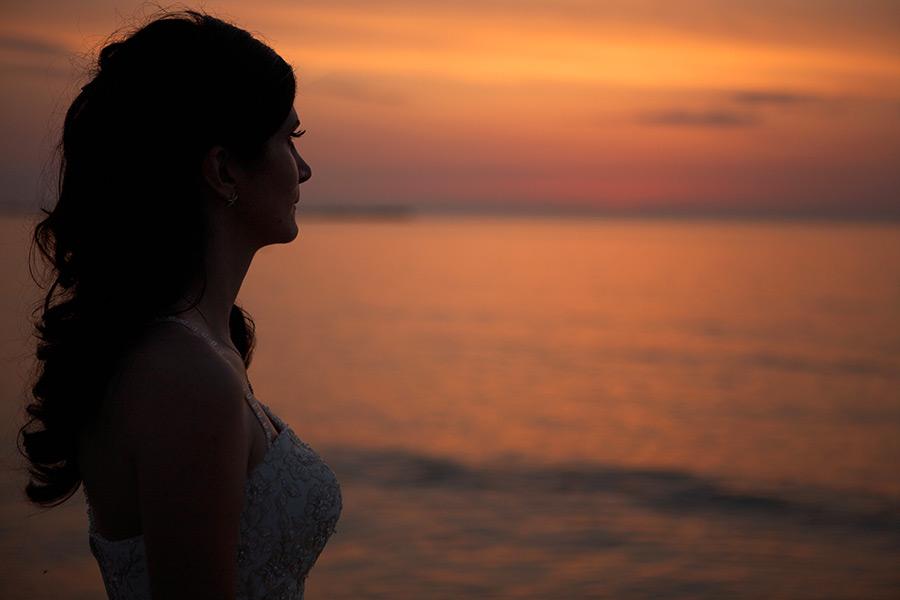 profil de mireasa la rasaritul soarelui din mare