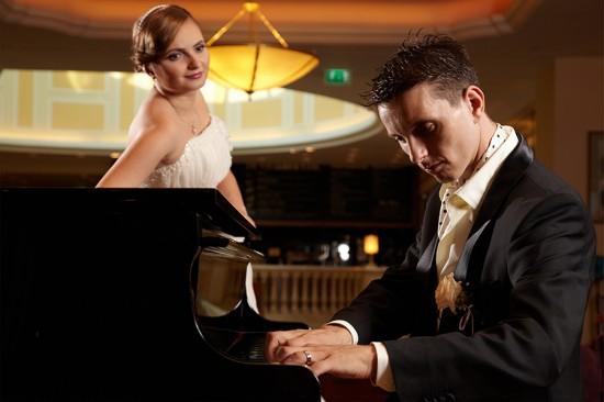mirele pianist in lobby-ul hotelului