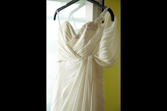 rochia miresei agatata pe usa balconului