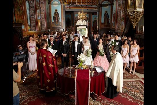 lume multa prezenta la nunta in biserica
