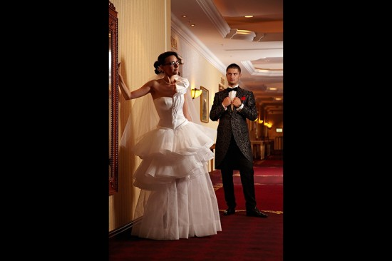 un coridor lung decor pentru o fotografie nunta