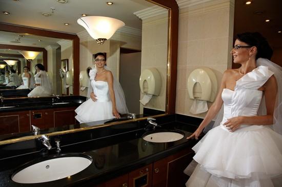 mireasa intr-o reflexie infinita in toaleta Marriott