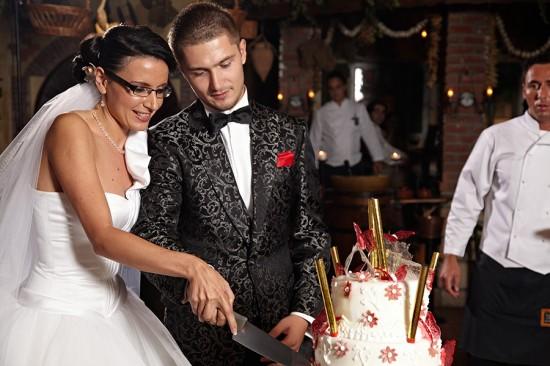 fotografii nunta cu mireasa si mirele taind tortul