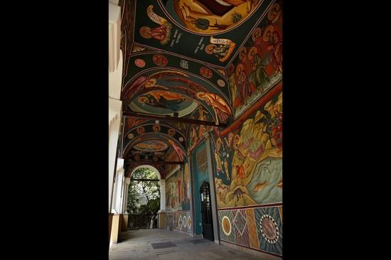 pridvorul bisericii Sf. Ilie Gorgani cu pictura viu colorata