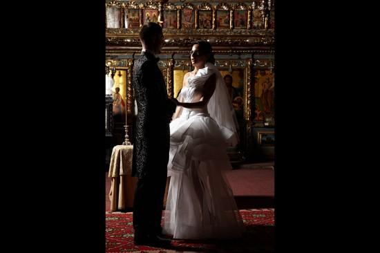 moment de singuratate in fata altarului creat de fotograf de nunta