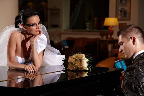 mireasa ascultand mirele cantand la pian