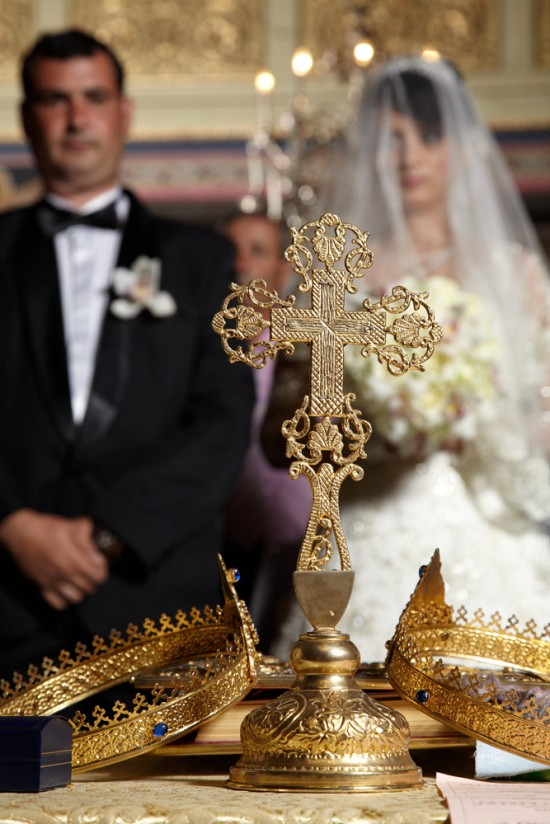Crucea si pirostrii in biserica