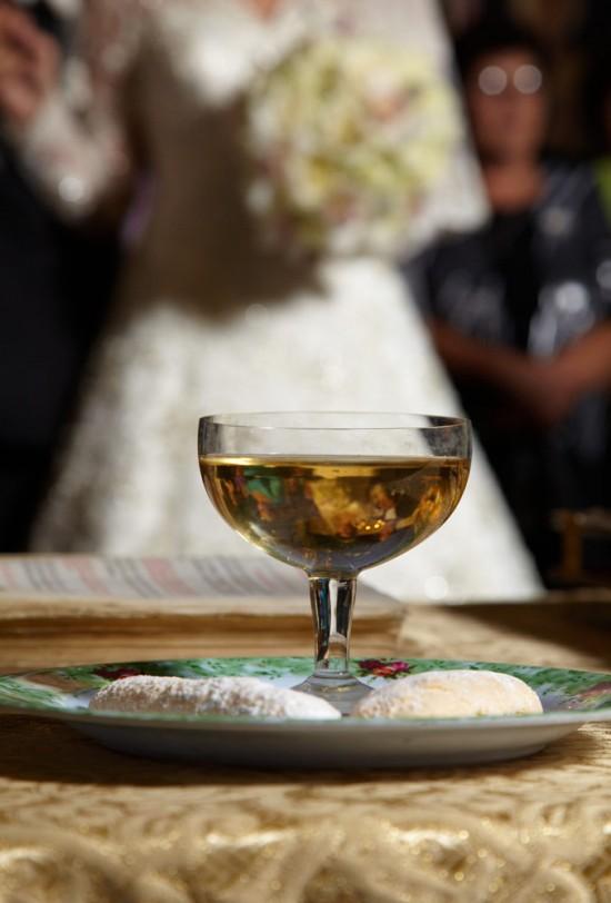 paharul cu vin in biserica