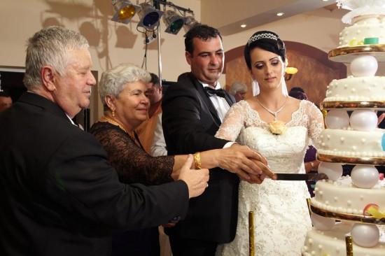 taierea tortului de nunta impreuna cu nasii