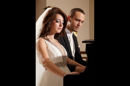mireasa cantand la pian