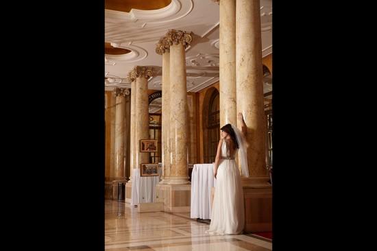 mireasa langa coloanele lobby-ului Hilton