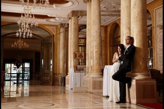 mirii in holul cu coloane din Hilton