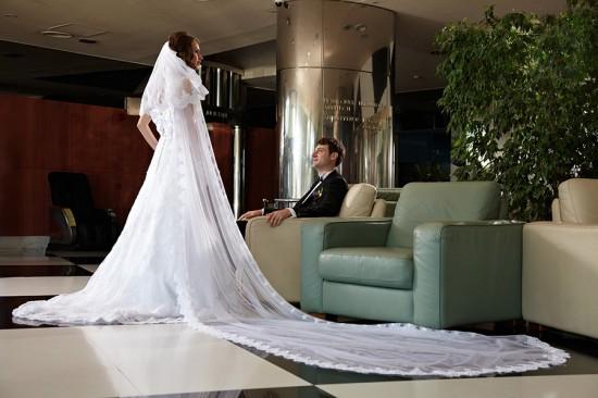 mireasa isi etaleaza rochia ampla in holul spatios