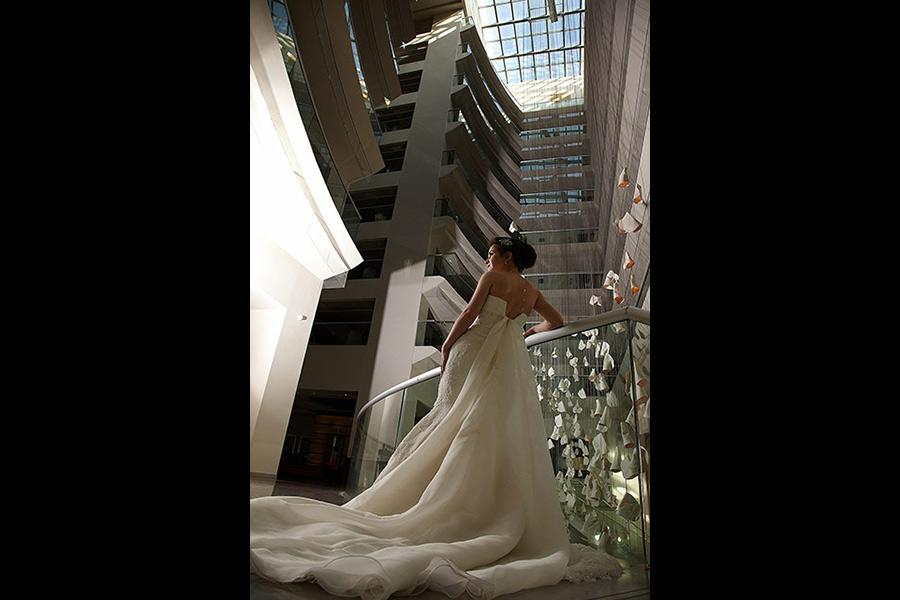 mireasa in interiorul hotelului cu arhitectura deosebita
