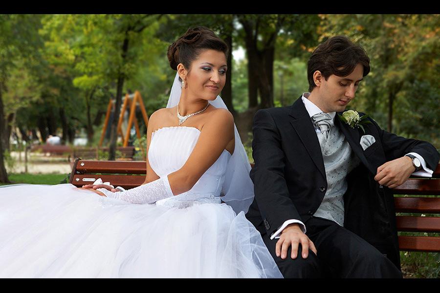 foto nunta cu mirii in parc pe banca