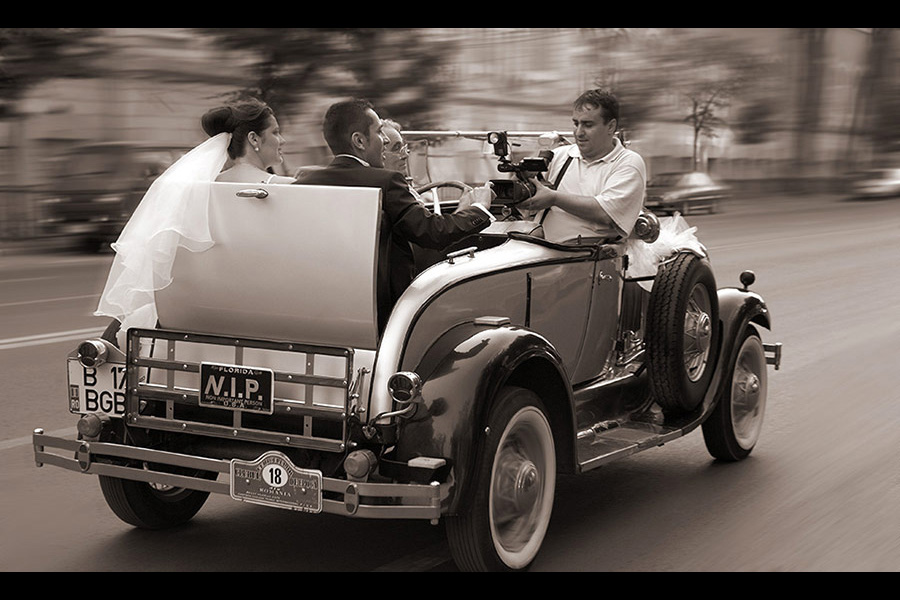 cuplu de miri in masina de epoca