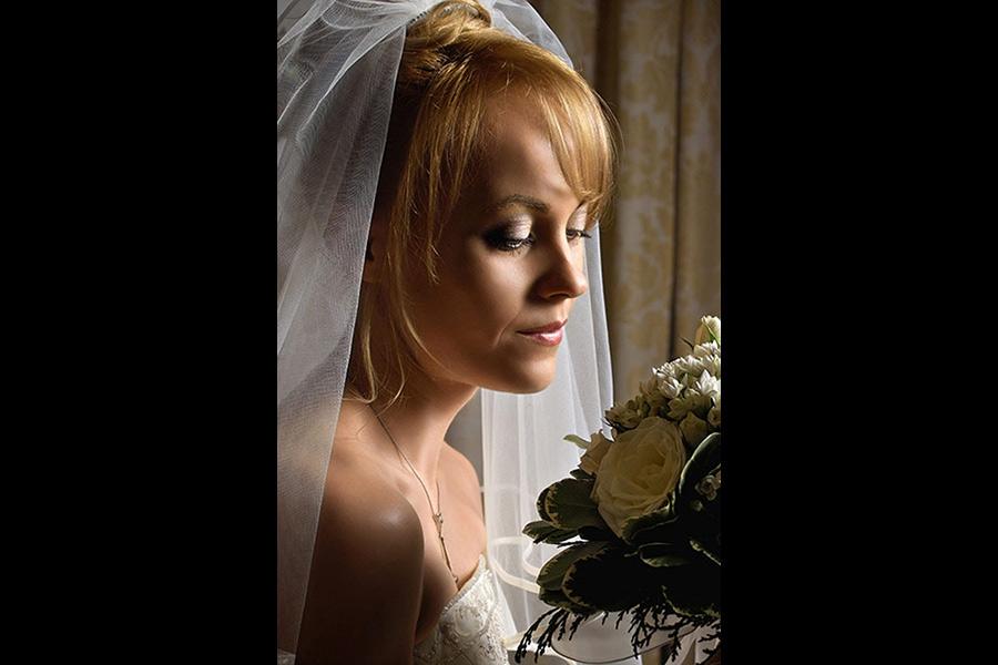 portretul miresei cu buchet de flori