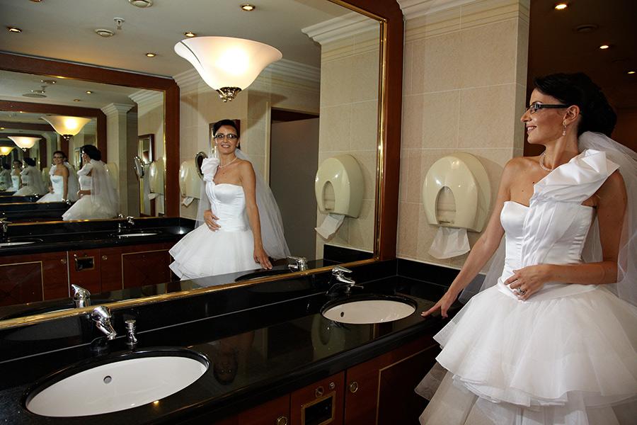 reflexiile miresei in toaleta de lux