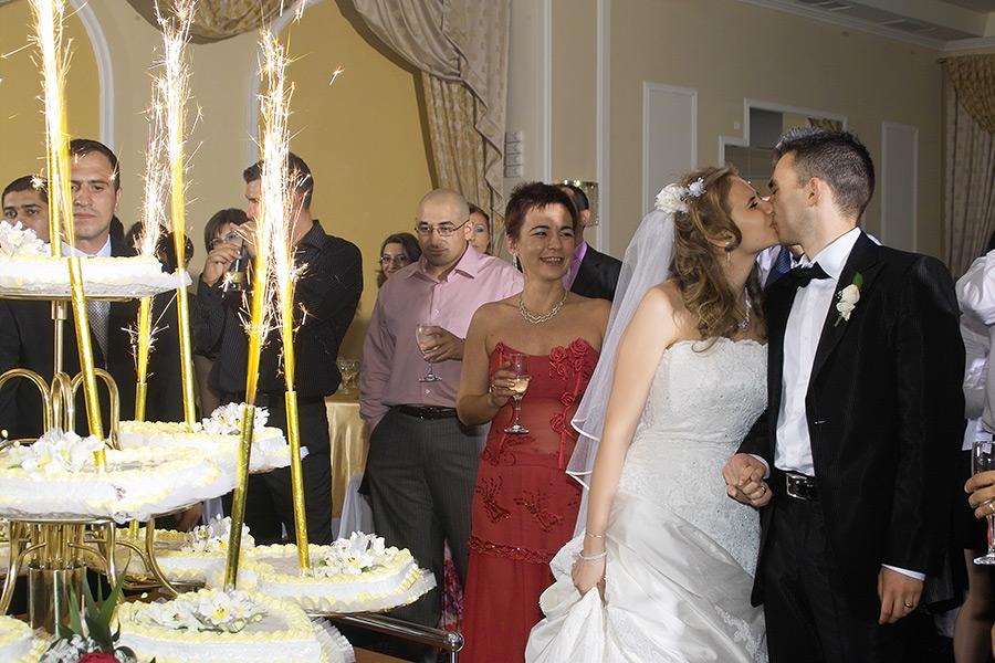 mirii se saruta in apropierea tortului
