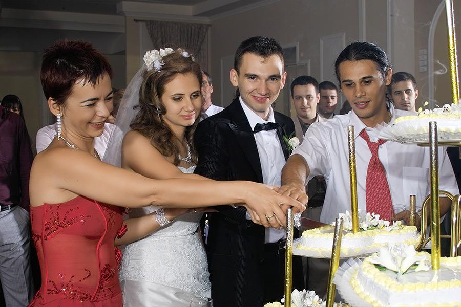 mirii si nasii taie tortul nuntii
