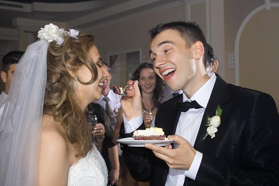 mirele ii da miresei sa guste din tort
