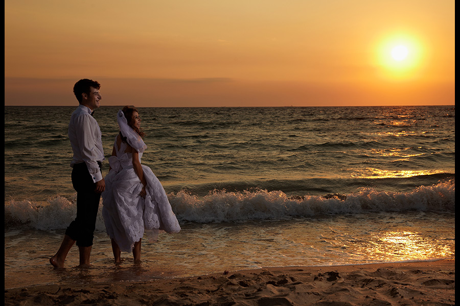 trash the dress cu picioarele in apa