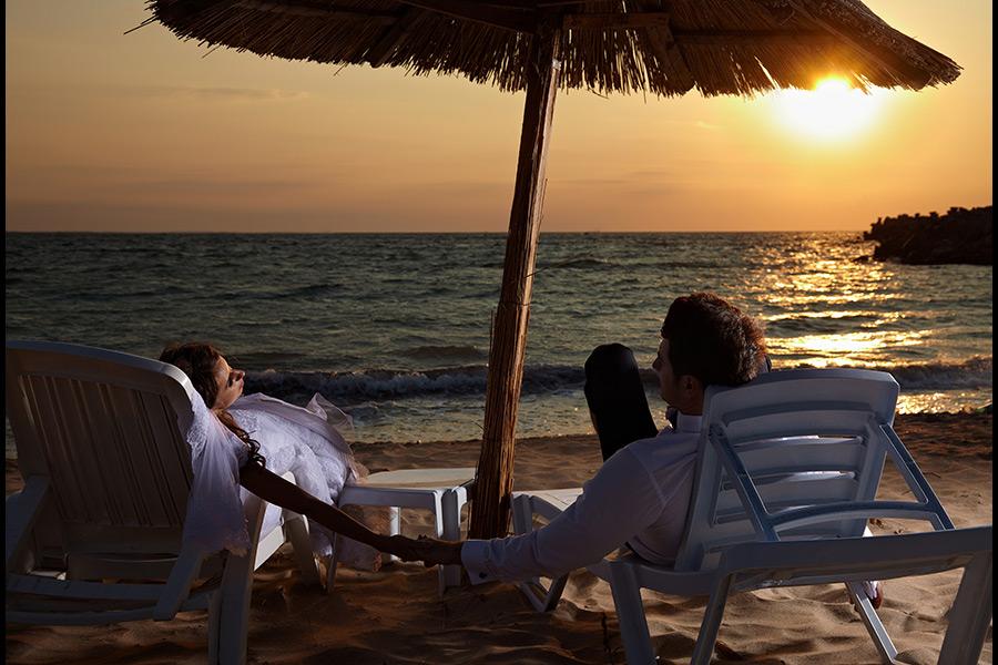 odihna pe sezlonguri la plaja dupa nunta